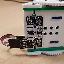 Détail du capteur de suivi de ligne une fois fixé sous le châssis du robot Kit MOVE mini buggy
